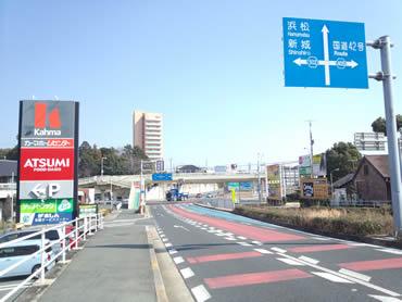 愛知大学より西、カーマのある信号(諏訪神社南)を南へ。405号線、42号方面