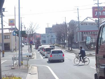 ミニストップ南側の道へ入り、すぐ左折。駐車場があります。